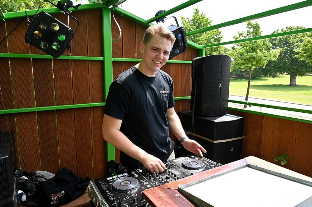 HTX-studenterne fra Allikelund havde hyret Magnus Jensen fra DJ's For You-Event som DJ på hele turen og der blev fyret godt op med de nyeste hits og disco røg. Foto: Jens Nielsen
