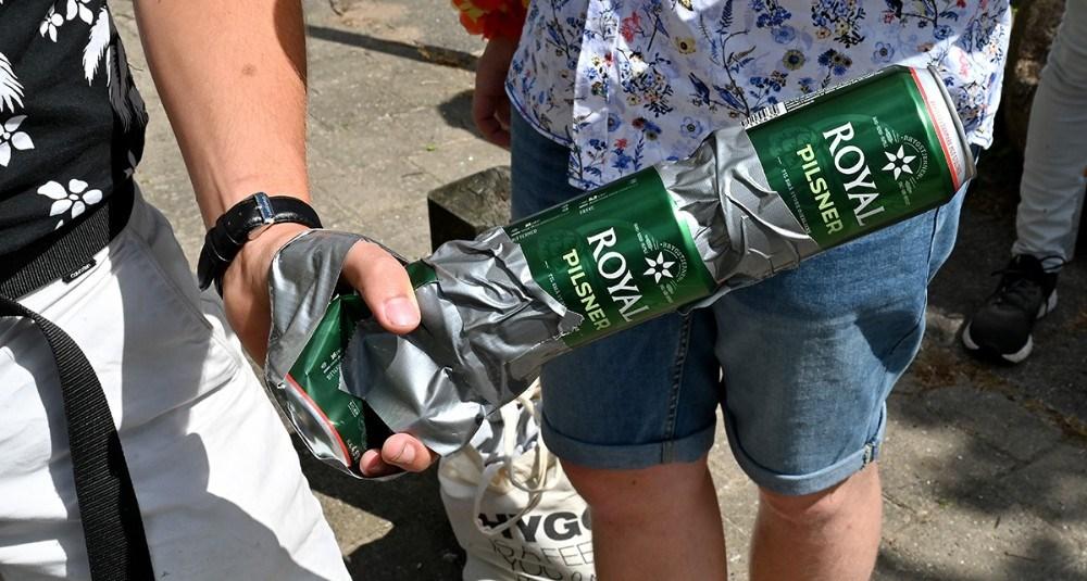 Øldåserne tapet fast til hånden. Foto: Jens Nielsen