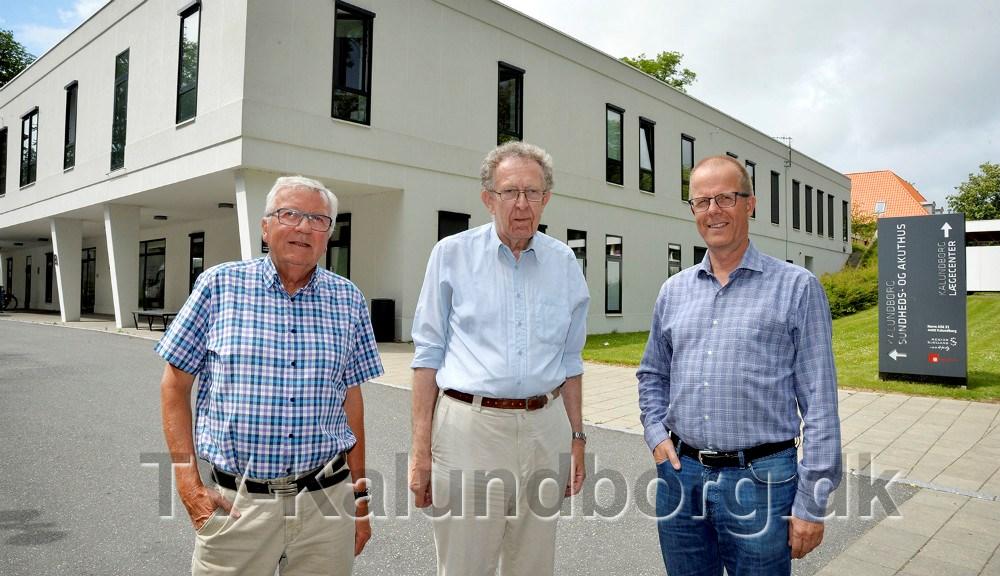 Fra venstre, Ole Lauritzen og Niels Erik Christensen, begge fra Konservative Kalundborg, sammen medChristian Wedell-Neergaard, medlem af Region Sjælland for Konservative, foran Sundheds- og Akuthuset i Kalundborg. Foto: Jens Nielsen