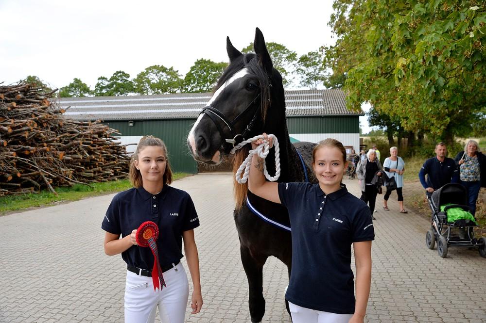 Fra venstre, Emma Hoppe og træner Kimmie Lyster sammen med hoppen Fattiggaarden Rose. Foto: Jens Nielsen