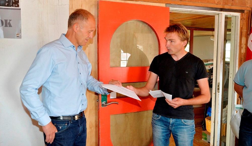 Martin Damm får overrakt de mange protestunderskrifter. Foto: Jens Nielsen