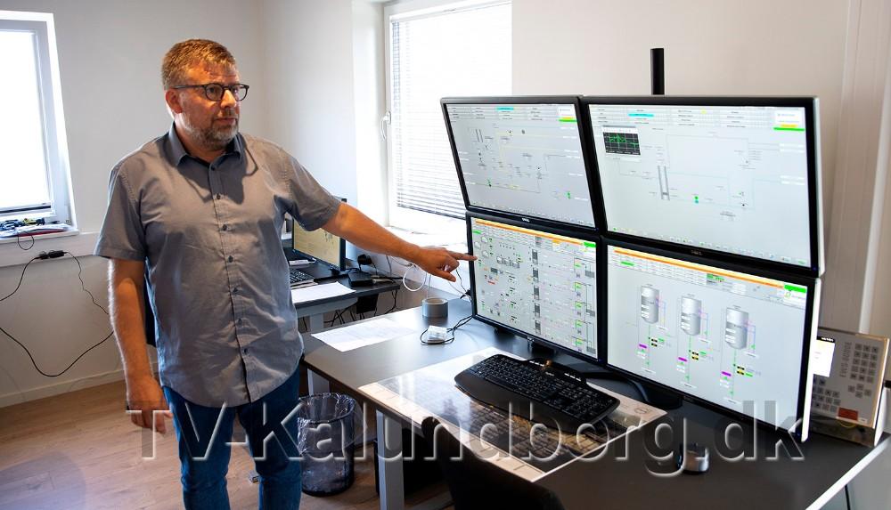 Hele processen styres fra de fire computerskærme. Foto: Jens Nielsen.