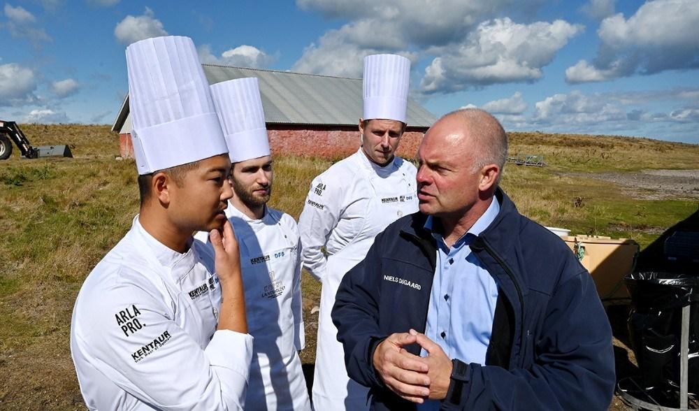 Direktør for Musholm A/S Niels Dalsgaard i snak med de tre kokke. Foto: Jens Nielsen