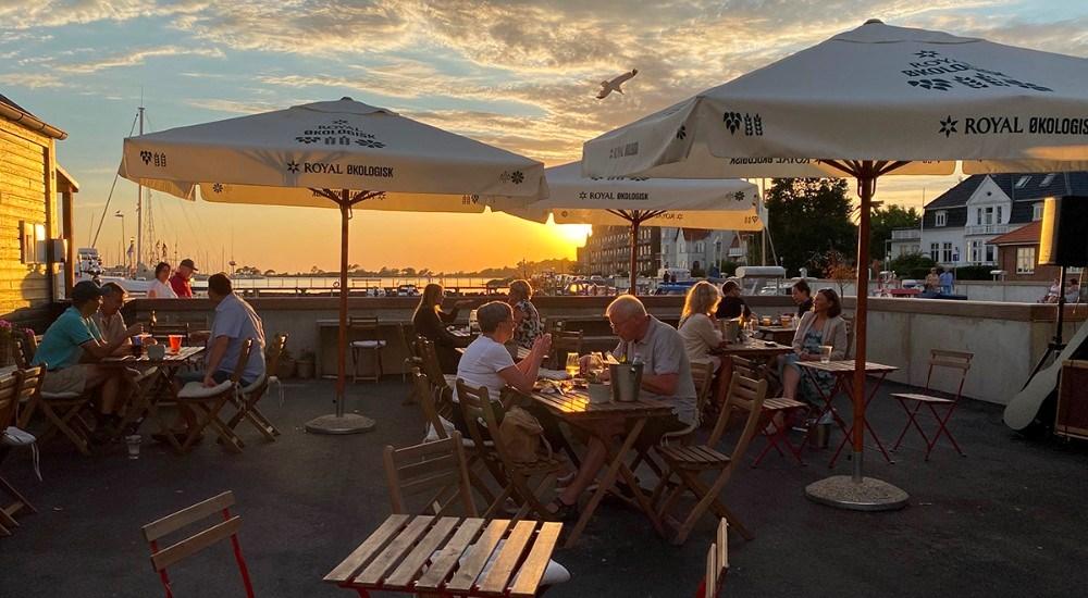 Nu er det slut med de flotte sommeraftener, men der er stadig mulighed for lækker fisk på havnen i Kalundborg. Foto: Jens Nielsen