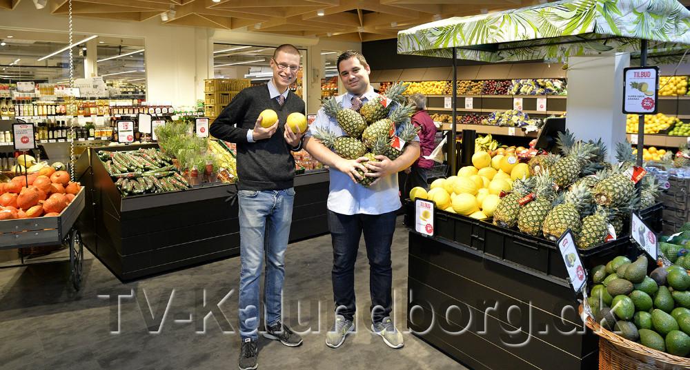 Jacob Kiær og Michael Kesbach i den nye frugt og grøntafdeling. Foto: Jens Nielsen