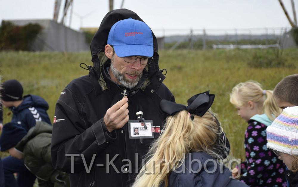 Peter Jannerup, der er biolog ved Kalundborg Kommune, kom forbi og fortalte børnene lidt om planter og dyr på Gisseløre. Foto: Gitte Korsgaard.