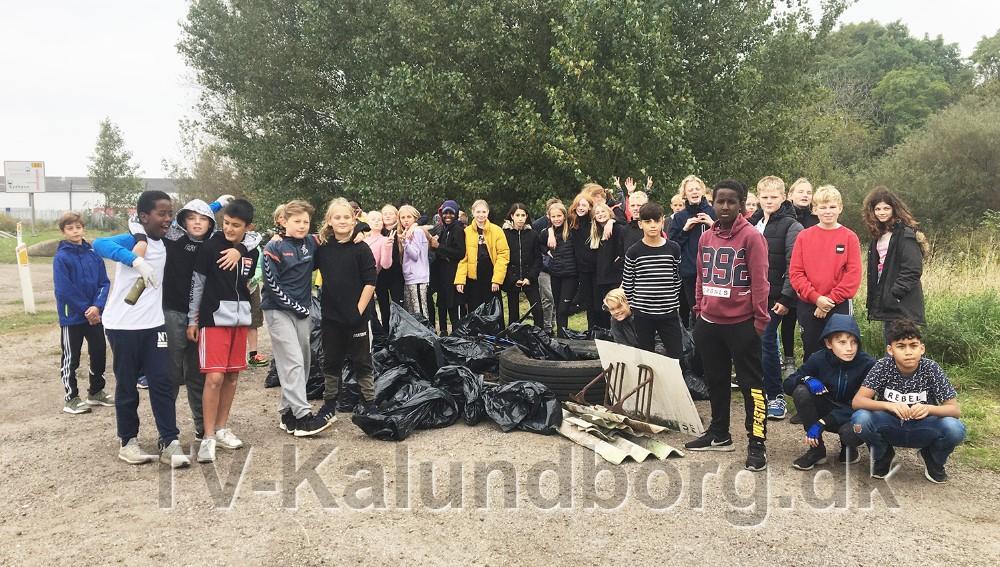 Eleverne med det indsamlede affald. Foto: Mette Elmelund