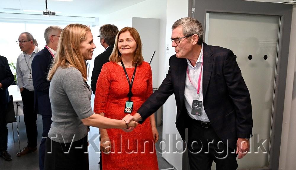 Forhenværende raffinaderidirektør Mogens Granhøj hilser på den nye direktør for Equinor Refining Denmark A/S,Sølvi Storsæter Bjørgum, medafgående direktørJofrid Klokkehaug i midten. Foto: Jens Nielsen