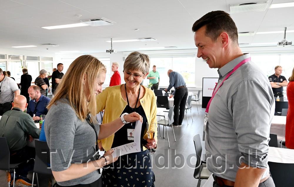 Sølvi Storsæter Bjørgum hilser på erhvervschef Jens Lerager. I midten Charlotte Balslev, kommunikationschef på Equinor Raffinaderiet. Foto: Jens Nielsen