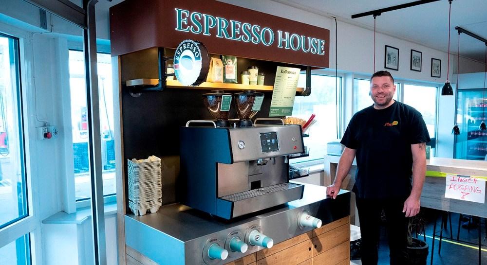 Ejer af OK Plus butikken på Sydhavnsvej i Kalundborg, Henrik Bebe foran den nye kaffe station. Foto: Jens Nielsen