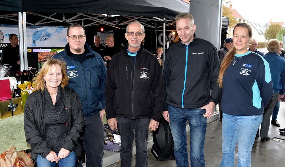 Indehaver Ole Jensen, i midten, sammen med, fra venstre, Majbritt Johansen, Jimmy Soli, Henrik Jensen og Jeanette Witthøft. Foto: Jens Nielsen