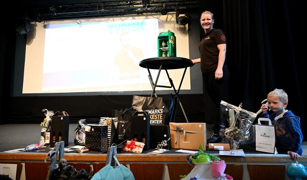 Trine Nystrup med nogle af de mange gaver der kunne vindes ved det amerikanske lotteri. Foto: Jens Nielsen