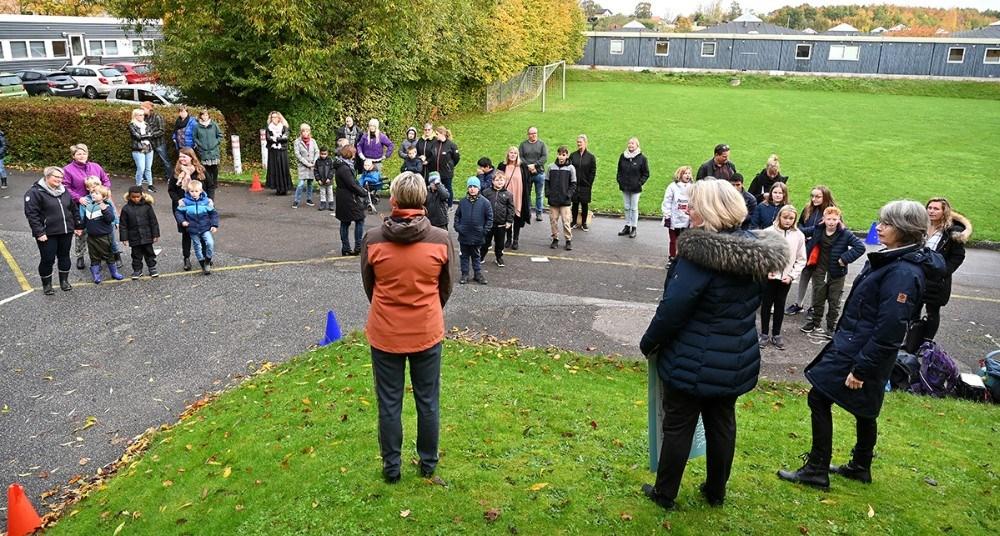 Eleverne var samlet udendørs for at overvære overrækkelsen af de mange penge. Foto: Jens Nielsen
