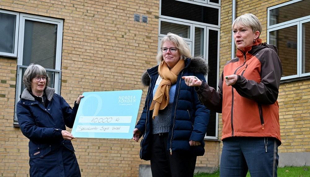 Fra Venstre, lærer Lotte Jensen, filialdirektør i Nordea Kalundborg, Heidi Broskov Sørensen og Malene Thyrring, konst. skoleleder. Foto: Jens Nielsen