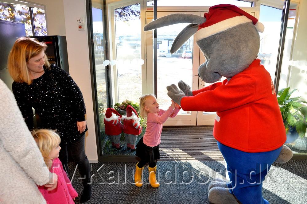 Bankens maskot Albert tog imod børnene. Foto: Jens Nielsen