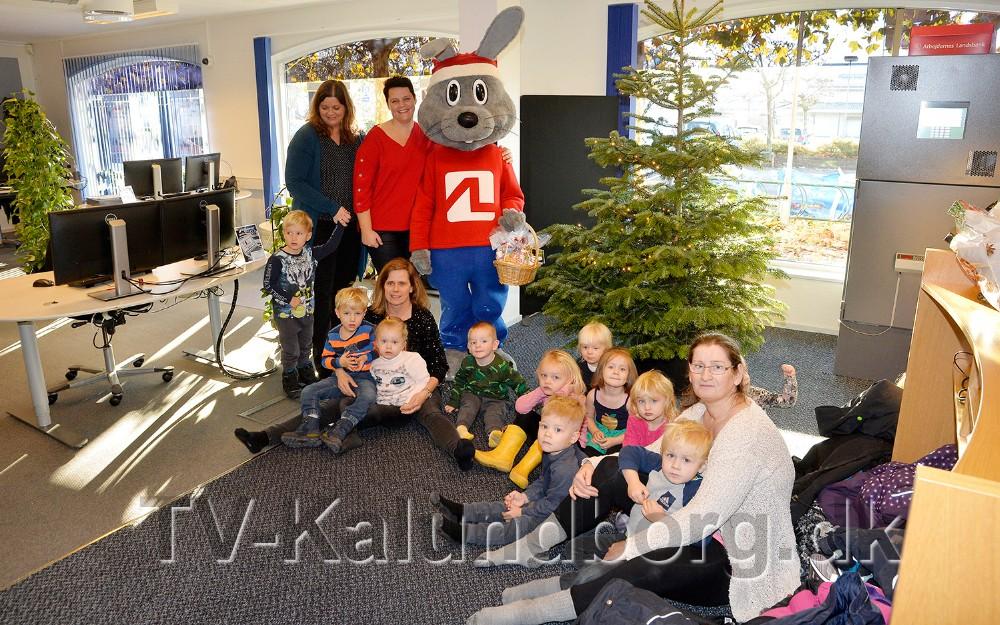 Hjælpenisser fra Børnehaven Kløvergården var mandag inviteret til at pynte juletræet i Arbejdernes Landsbank. Foto: Jens Nielsen