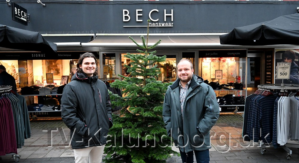 Mikkel Thisgaard og Thomas Nielsen med et par af de Bison jakker som er på tilbud fredag morgen. Foto: Jens Nielsen