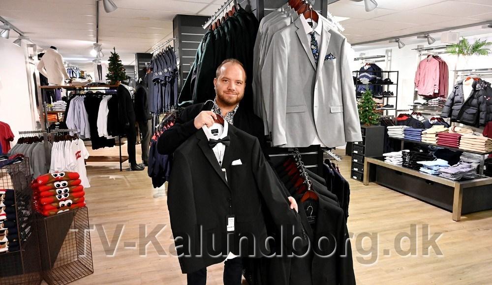 Butikchef Thomas Nielsen med Selected jakkesæt som der er 50 rabat på. Foto: Jens Nielsen
