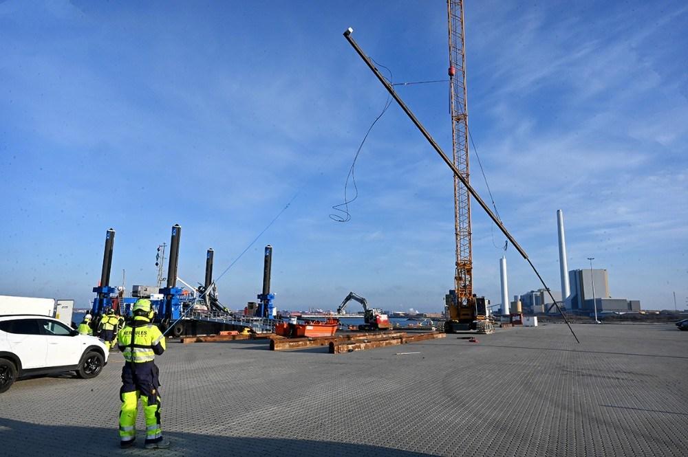 De nye ankerstænger er 24 meter lange. Foto: Jens Nielsen