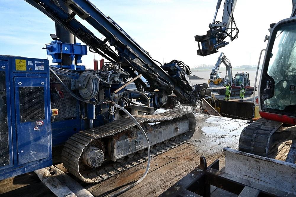 Boremaskinen der borer hullerne til de nye ankerstænger, står på arbejdsplatformen. Foto: Jens Nielsen