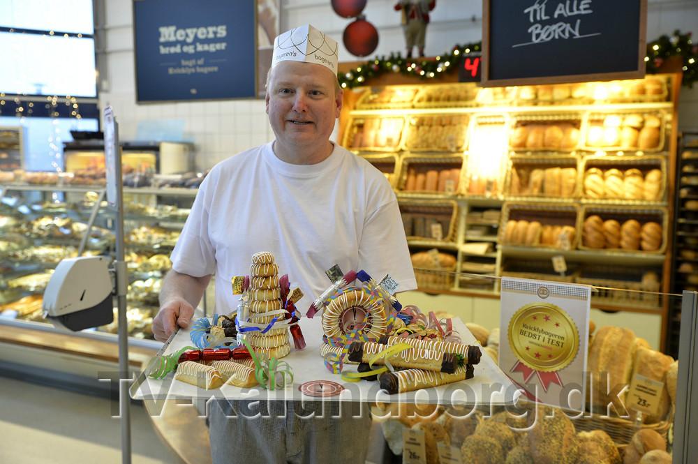 Tommy Jensen, bagermester i Kvickly, klar med hjemmelavet kransekage. Foto: Jens Nielsen