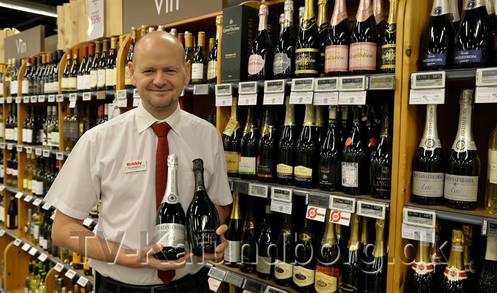 souschef, Kim Christensen har mange forskellige muligheder for asto og champagne der passer til en nytårs aften. Foto: Jens Nielsen