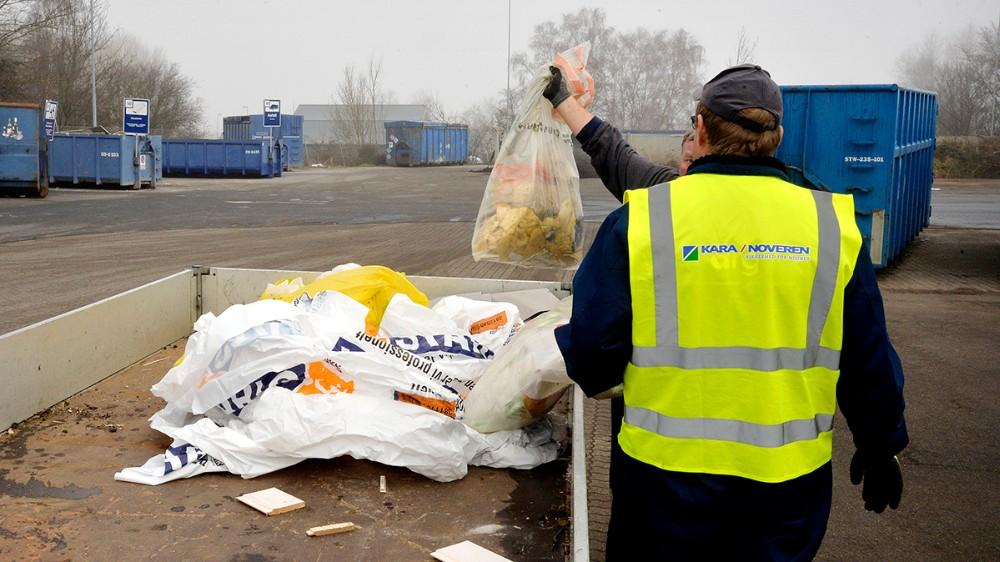 Medarbejderne hjælper med at råde og vejlede borgerne. Foto: Jens Nielsen