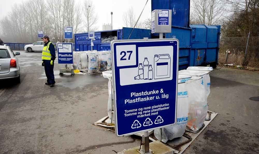 Plastic har givet den største udfordring for både borgere og medarbejdere efter at stort og småt brændbart er fjernet. Foto: Jens Nielsen