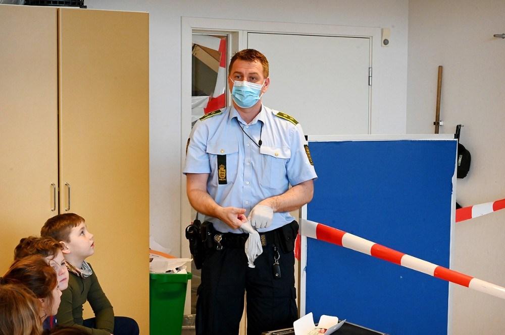 Peter Holm iførte sig mundbind og handsker inden gerningsstedet blev undersøgt. Foto: Jens Nielsen