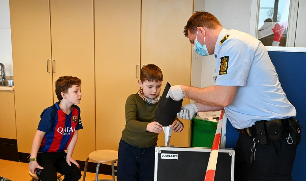 Eleverne hjalp med at sikre spor efter tyveriet. Foto: Jens Nielsen