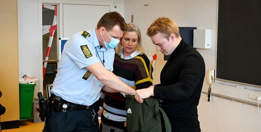 Områdebetjent Peter Holm fik hurtigt sporet sig frem til klasselære Casper Lejgaards taske, hvor borgmesterkæden lå. I midten lærer Trine Sustmann. Foto: Jens Nielsen
