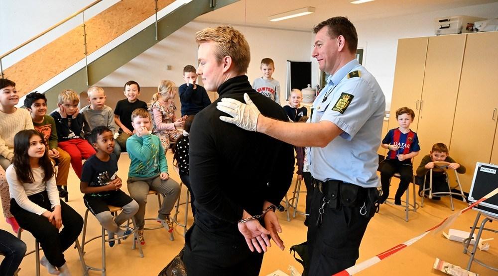 KLasselærer Casper Lejgaard blev anholdt og lagt i håndjern. Foto: Jens Nielsen