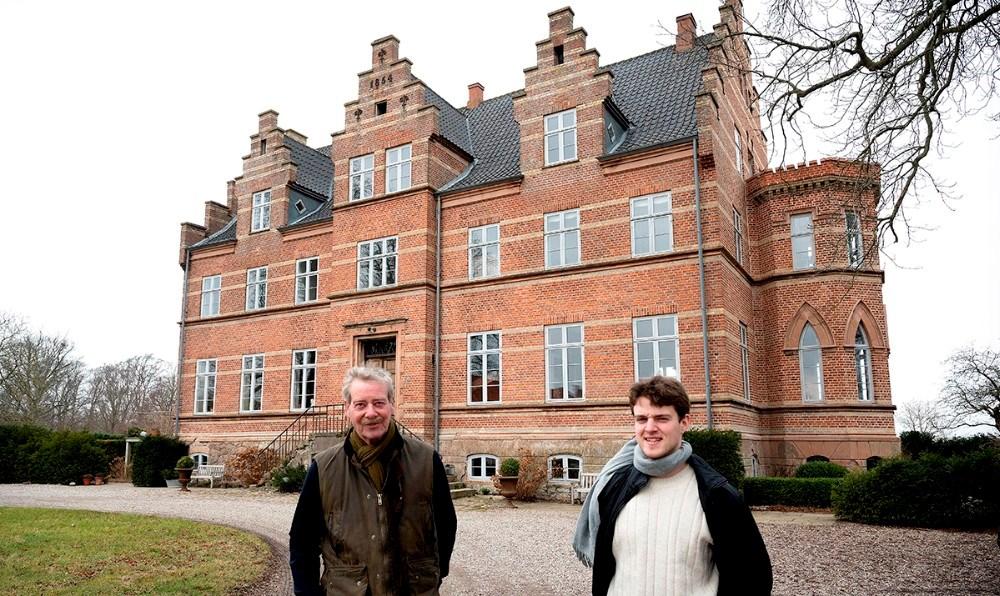 Jørgen og Oskar Faye foran Birkendegård. Foto: Jens Nielsen