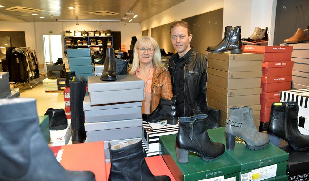 Anne og Michael Jørgensen sælger masser af sko og støvler til nedsatte priser. Foto: Jens Nielsen