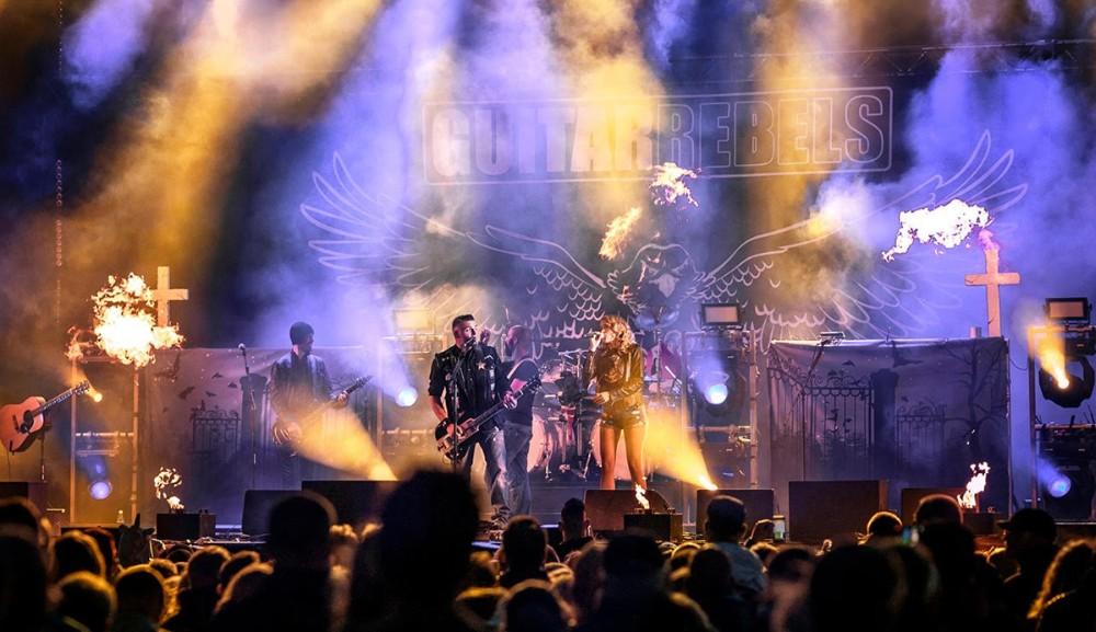Guitar Rebels spiller på Kontoret i byfesten. Privatfoto