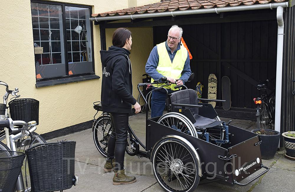 Marie Theunessen og Arne Jensen står ved den nye cykel. Foto: Gitte Korsgaard.