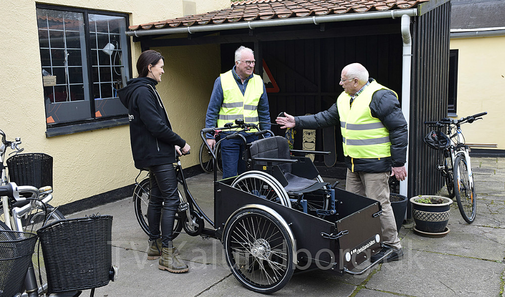 Marie Theunessen, Arne Jensen (i mideten) ogMagnus Trædmark gør klar til at cykle en tur på den nye cykel. Foto: Gitte Korsgaard.