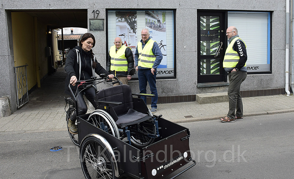 Marie Theunessen, der ejer Cykelsmeden, cykler på den nye cykel. Foto: Gitte Korsgaard.