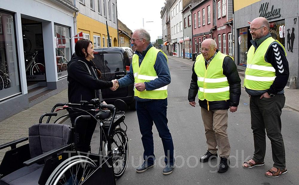 Formand for Cykling Uden Alder i Kalundborg, Arne Jensen, modtager nøglen til den nye cykel fra Marie Theunessen, der ejer Cykelsmeden, der har leveret cyklen. Foto: Gitte Korsgaard.