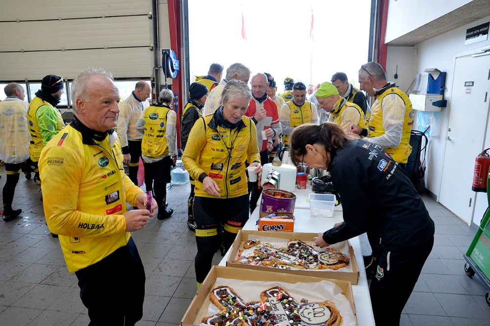 Der var kaffe og kage hos Lips Autoteknik. Foto: Jens Nielsen