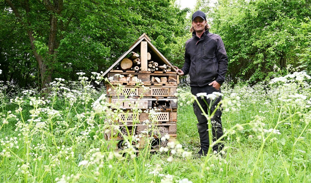 Jesper Bentsen ved et af de mange insekthoteller. Foto: Jens Nielsen