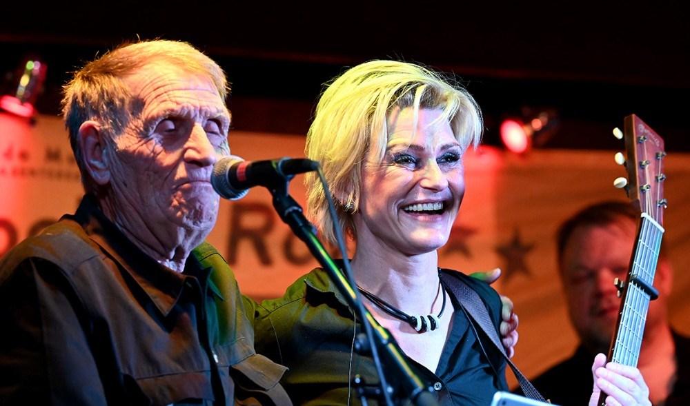 Rock Nalle og Michelle Birkballe på scenen i JUVI Klubben onsdag aften. Foto: Jens Nielsen
