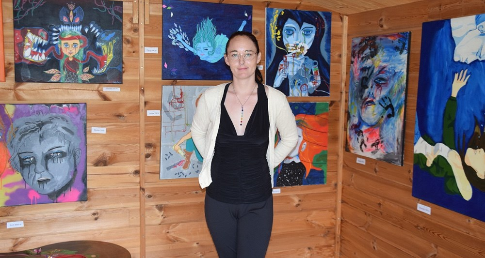Kunstner Caia Riemer i sitlille atelier. Foto: Gitte Korsgaard.