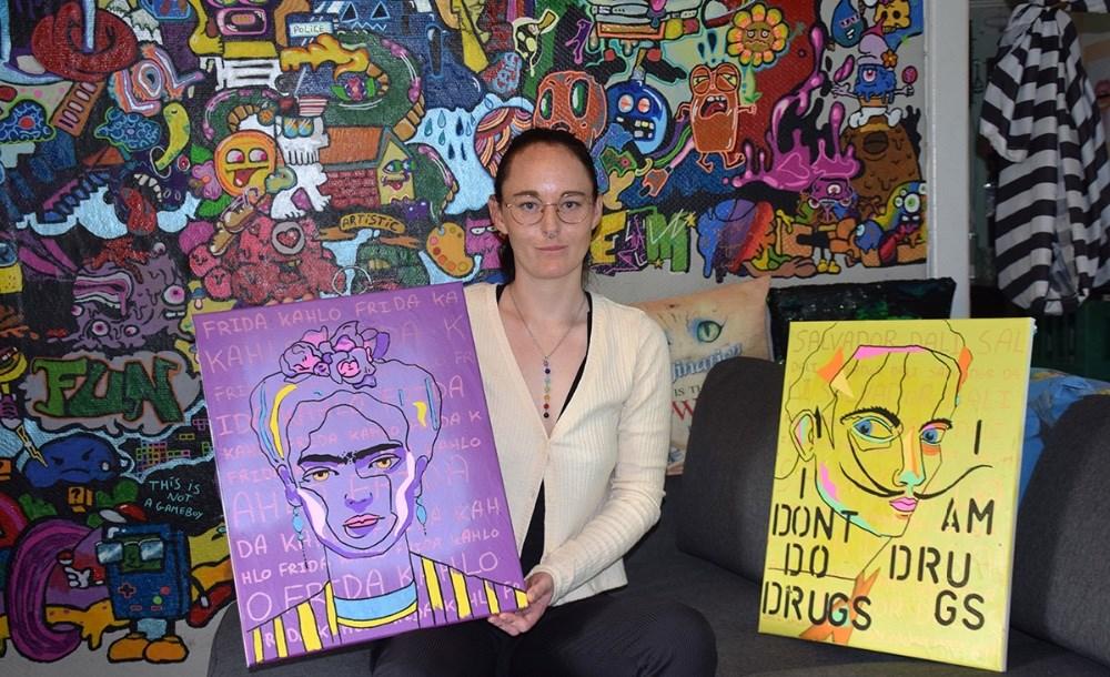Caia Riemer med sine nyeste malerier. Foto: Gitte Korsgaard.