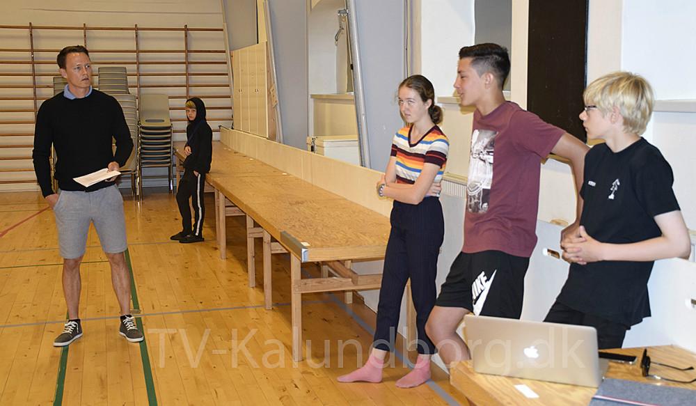 Cathrine Sinding fra Kultur og Fritid og Andreas Knudsen, der er SSP koordinator, har de sidste par dage været forbi mange skoler i Kalundborg for at snakkemed de kommende 8. og 9. klasser om, hvordan man opfører sig i det offentlige rum. Her er de på Kalundborg Friskole. Foto: Gitte Korsgaard.