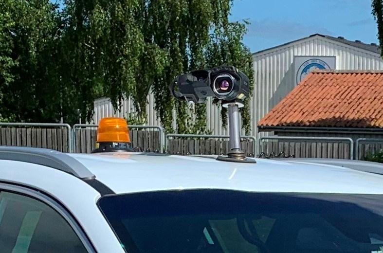 En bil med kamera på taget skal finde uætæhed på fjernvarmerør natten til fredag. Privatfoto