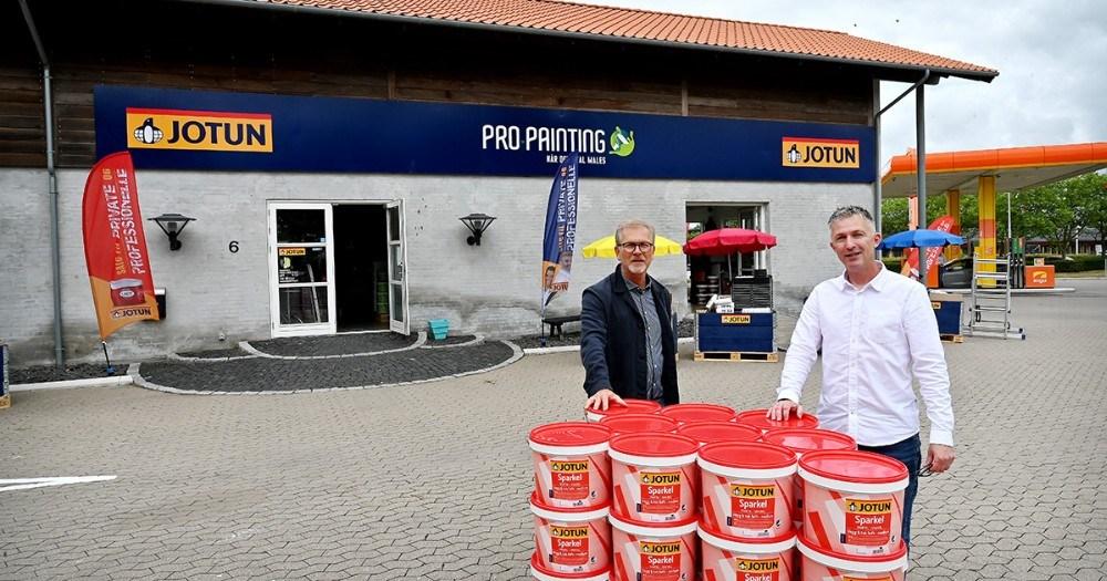 Per Albert Hektoft, indehaver af ProPainting og Jack Egebjerg, butikschef, foran butikken på Flakagervej i Kalundborg. Foto: Jens Nielsen