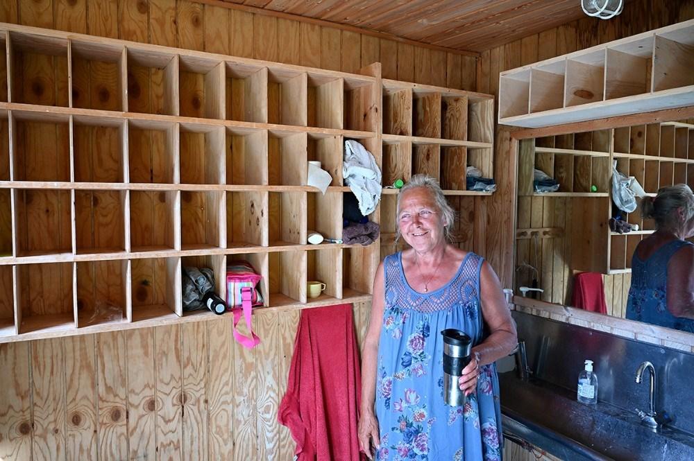 Jannie Rasch, kasserer for Ø-lejren på Røsnæs, i baderummet hvor hver deltager har sit eget lille rum til toiletsager. Foto: Jens Nielsen