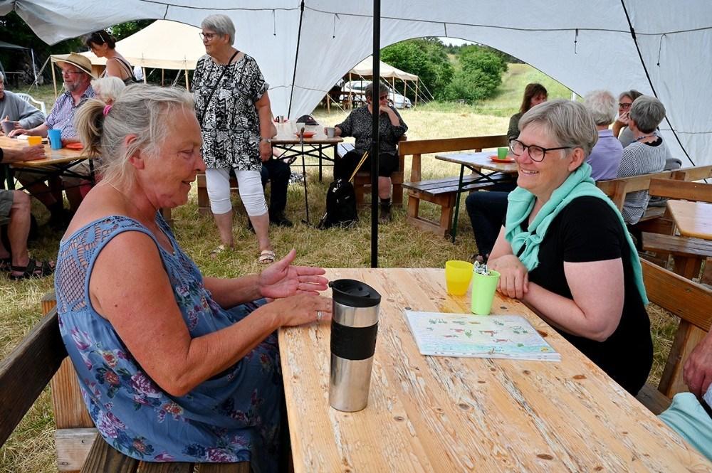 , tv, i snak med Kirsten Herløv, formand for den nye Røsnæs Brugsforening. Foto: Jens Nielsen