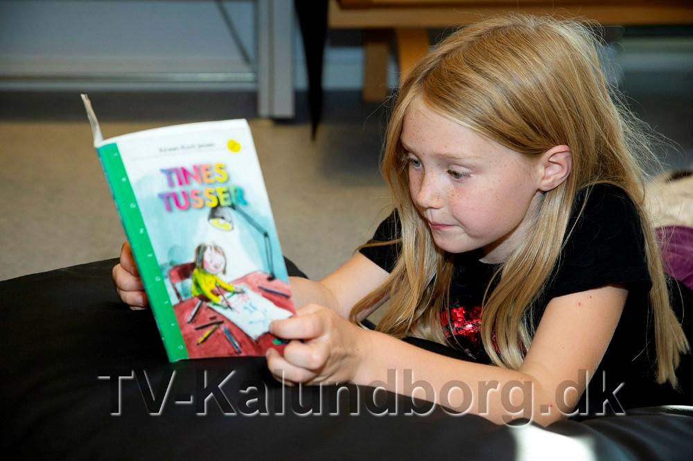 8-årige Luna læser for Schnuden. Foto: Jens Nielsen